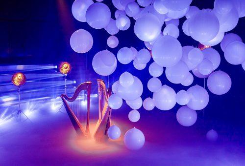 Įkvėpti garsaus italų menininko lietuviai sukūrė įspūdingas vakarėlio instaliacijas