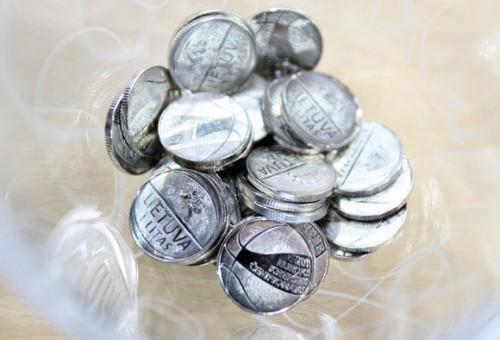 """Proginės monetos pristatyme """"Žalgirio"""" arenos lanką pirmuoju dėjimu sudrebino Arvydas Sabonis"""